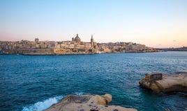 Valletta citiscape med den steniga kusten Malta för fjärd Royaltyfria Foton