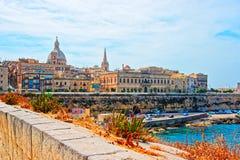 Valletta horisont med St Paul Cathedral och bastioner arkivbild