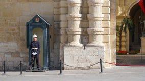 VALLETTA - MALTA, April, 2018: Eerwacht dichtbij het paleis van de Grote Meester in de oude stad van Valletta, Malta Stock Foto