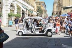 VALLETTA, MALTA AM 2. AUGUST 2016: Elektrische Taxipassagiere auf Vallettas Hauptstraße Stockbilder