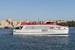 Valletta, Malta 5. AUGUST 2016: Sliema zu Valletta-Fähre vor Sliema-Dock Stockbild