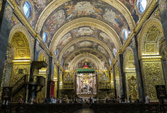 Valletta, Malta - 4. August 2016: Touristen innerhalb St- Johnsc$mit-kathedrale Stockfotografie