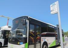 VALLETTA MALTA - AUGUSTI 02 2016: Malta kollektivtrafikbuss på den Valletta hållplatsen arkivbild