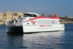 Valletta, Malta 03 AUGUSTUS, 2016: De veerboot naderbij komend dok van Sliemavalletta Royalty-vrije Stock Foto's