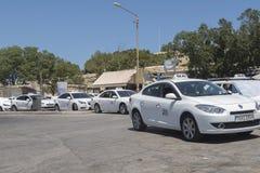 VALLETTA, MALTA 02 AUGUSTUS 2016: Taxis bij een tribune vóór Valletta-Stadspoort Royalty-vrije Stock Fotografie