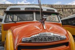 VALLETTA/MALTA - bunte alte Busse Lizenzfreies Stockfoto