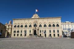 Valletta, Malta - 2 de agosto de 2016: Fachada com a bandeira de Malta de Auberge de Castille Imagem de Stock Royalty Free
