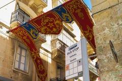 VALLETTA, MALTA - 2 DE AGOSTO DE 2016: Parada do ônibus do transporte público de Malta em Valletta Fotos de Stock