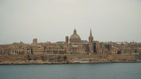 VALLETTA - MALTA, em abril de 2018: Vista do mar Mediterrâneo, de Valletta e da ilha de Malta filme