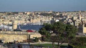 VALLETTA - MALTA, em abril de 2018: Vista do mar Mediterrâneo, de Saint Angelo e da ilha de Malta da costa de Valletta vídeos de arquivo