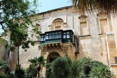 Valletta, Malta, em julho de 2014 O pátio encantador da casa do cavaleiro idoso foto de stock