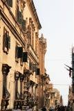 Valletta, Malta, em julho de 2014 Vista de uma das ruas principais da capital da ilha fotos de stock