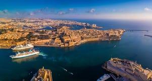 Valletta Malta - flyg- panorama- horisontsikt av den storslagna hamnen av Malta med kryssningskepp Denna sikt inkluderar Valletta arkivbild