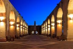 Valletta, Malta, Hogere Barrakka-Tuinen Verlichte steenbogen in de avond Stock Foto