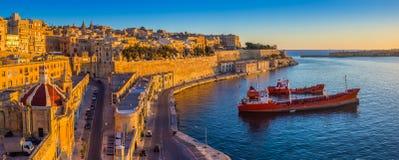 Valletta, Malta i Uroczysty schronienie, - Panoramiczny linia horyzontu widok Valletta obraz stock
