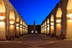 Valletta, Malta, jardins superiores de Barrakka Arcos de pedra iluminados na noite Foto de Stock