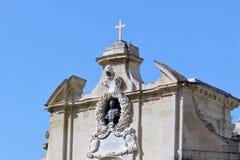 Valletta Malta, Juli 2016 Byst för påveoskyldig 12 på fasaden av kyrkan av vår dam av segern arkivbild