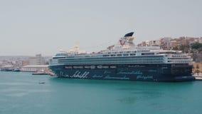 Valletta Malta Juli 4, 2016 Det lyxiga kryssningskeppet Mein Schiff ankrade på porten arkivfilmer
