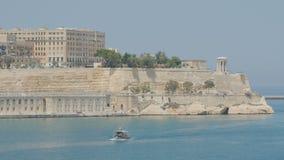 VALLETTA MALTA - JULI 1, 2016: Sikt för fågelöga på folk som nära simmar på traditionell maltese fartygluzzu i den Malta fjärden stock video
