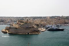 Valletta Malta, Juli 2014 Vit yacht 'jätte 'i hamn på fortet StAngelo arkivfoton