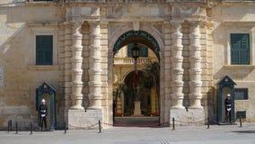 VALLETTA, MALTA -, Kwiecień, 2018: Gwardia honorowa blisko pałac Uroczysty mistrz w antycznym mieście Valletta, Malta Obraz Royalty Free