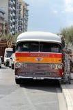 Valletta, Malta, Lipiec 2014 Stary stubarwny tradycyjny sławny Maltański autobus zdjęcie stock