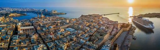 Valletta, Malta - Luftpanoramablick von Valletta mit Berg CValletta, Malta - Luftpanoramablick von Valletta mit Berg-Auto stockfotos