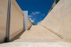 Valletta Malta - Maj 9, 2017: Trappa nära den Valletta stadsporten Fotografering för Bildbyråer
