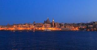 Valletta, Malta na noite Vista panorâmica da ilha histórica iluminada e da abóbada torre do ` carmelita s da igreja e do St Paul Foto de Stock Royalty Free