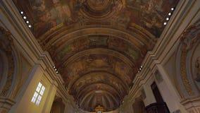Valletta, Malta - November 12, 2018 - de Kerk van Onze Dame van van het Overwinningsaltaar en plafond binnenland stock footage
