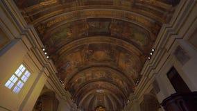 Valletta, Malta - November 12, 2018 - de Kerk van Onze Dame van van het Overwinningsaltaar en plafond binnenland stock video
