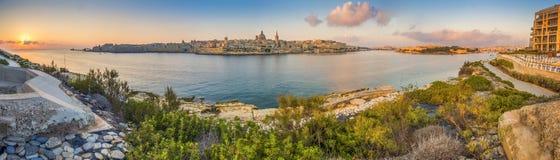Valletta, Malta - opinião panorâmico da skyline da cidade antiga de Valletta com a catedral do ` s de StPau e o amanhecer da baía foto de stock royalty free