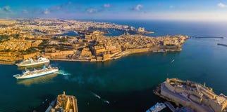 Valletta, Malta - panoramische Skylinevon der luftansicht des großartigen Hafens von Malta mit Kreuzschiffen lizenzfreies stockfoto