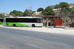 VALLETTA MALTA, SIERPIEŃ, - 02 2016: Malta transportu publicznego autobus przy Valletta zatoką Zdjęcia Royalty Free