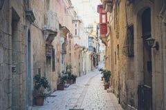 Valletta miasta ulicy z tradycyjną architekturą Zdjęcie Royalty Free