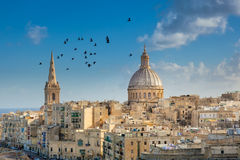 Valletta stadsbyggnader med att flyga för fåglar Royaltyfri Fotografi
