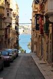 Valletta Straße Maltas im August 2015, Ansicht von Meer durch die historische Straße lizenzfreie stockbilder