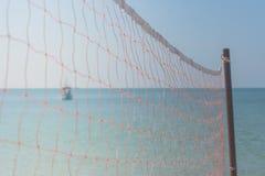 Valleyball netto op het strand met mooie seasacpemening en blauwe hemel op de achtergrond in Chao Lao Beach, Chanthaburi-Provinci Royalty-vrije Stock Afbeeldingen