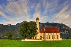 Vallfärda kyrklig St Coloman i Bayern på solnedgången Arkivbilder
