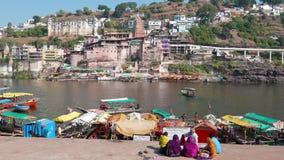 Vallfärda till den heliga staden Omkareshwar, Madhya Pradesh, Indien arkivfilmer