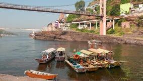 Vallfärda till den heliga staden Omkareshwar, Madhya Pradesh, Indien lager videofilmer