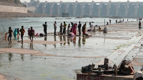 Vallfärda till den heliga staden Omkareshwar, Madhya Pradesh, Indien Fördämning på den sakrala Narmada floden arkivfilmer