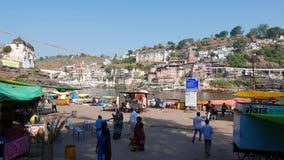 Vallfärda till den heliga staden Omkareshwar, Madhya Pradesh, Indien Fördämning på den sakrala Narmada floden lager videofilmer
