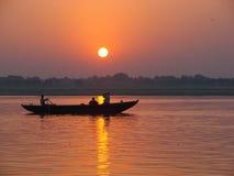 Vallfärdar att sväva med fartyget av det sakrala Gangeset River Soluppgång i Varanasi, Uttar Pradesh, Indien royaltyfri foto