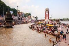 Vallfärdar badning i Ganges River Royaltyfria Foton