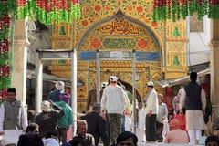 Vallfärdar besök den sufirelikskrinDargah sheriffen i Ajmer, Rajasthan Royaltyfri Bild