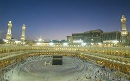 Vallfärdar circumambulate Kaabaen arkivfoton
