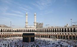 Vallfärdar circumambulate Kaabaen Arkivfoto