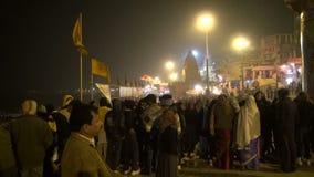 Vallfärdar det sakrala stället för den hinduiska klosterbrodern med och turister på Ganges River ghats i afton på December 27, 201 lager videofilmer