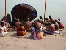 vallfärdar hinduiska heliga män för ganges gather arkivbilder